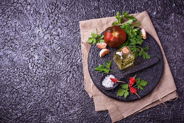 Specerijen voor het koken. keuken voedsel achtergrond. bovenaanzicht