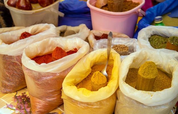 Specerijen worden op de georgische markt verkocht.