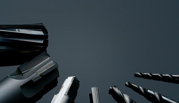 Speciaal gereedschap dat op donkere achtergrond wordt geïsoleerd. op bestelling gemaakt speciaal gereedschap. gecoate trapboor en ruimerdetail. hss hardmetaal. carbide snijgereedschap voor industriële toepassingen. engineering tools.