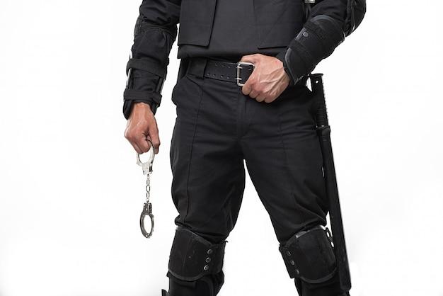 Special force-soldaat houdt handboeien vast