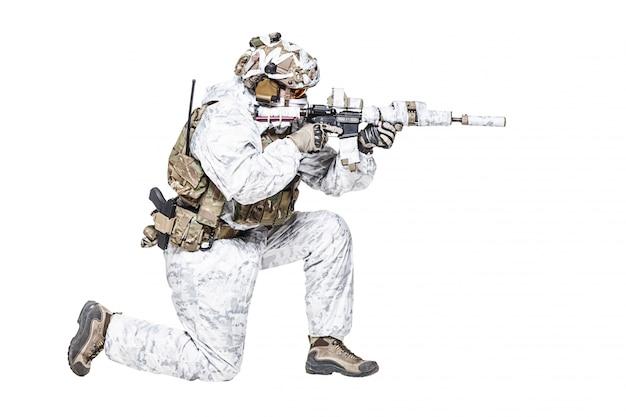 Special forces operator in de winter camo kleding