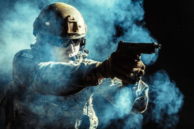 Special forces soldaat met geweer op donker