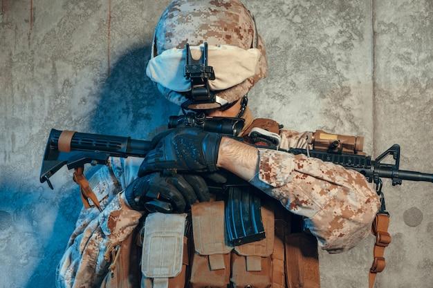 Special forces verenigde staten soldaat of particuliere militaire aannemer bedrijf geweer. afbeelding op een donkere