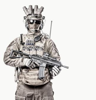 Special operations forces soldaat, counter terrorist squad fighter, militaire huurling in masker en nachtzichtapparaat, gewapend met korte loop dienst geweer studio portret geïsoleerde witte achtergrond