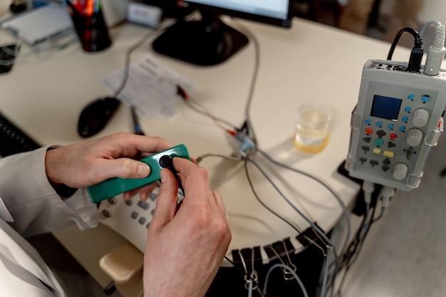 Speciale apparatuur in de medische kamer. artsenhanden die zich voorbereiden op de diagnose therapeutische en diagnostische kamers met medische apparatuur.