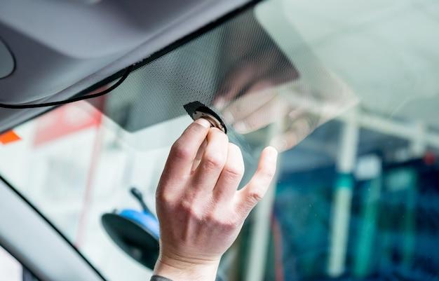 Speciale auto-arbeiders verwijderen oude voorruit of voorruit van een auto