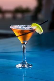 Speciale cocktail van de barman die alcohol schenkt tot cocktailglas
