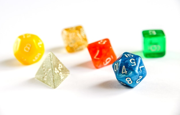 Speciale kleurrijke dobbelstenengroep voor rollenspellen.