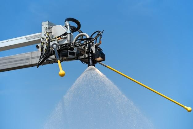 Speciale kraan voor het behandelen van vliegtuigen met anti-icing vloeistof.