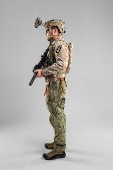 Speciale krachtenmilitair met geweer op witte achtergrond.