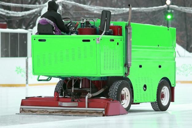 Speciale machine ijsrooier reinigt de ijsbaan. winter speciaal transport