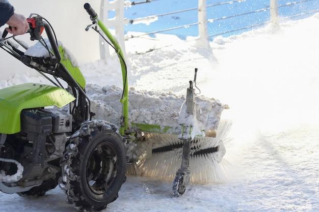 Speciale machine voor sneeuwruimen reinigt de weg. winter transport