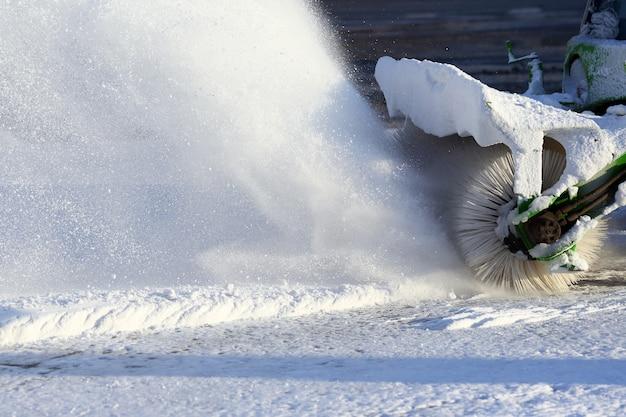 Speciale machine voor sneeuwruimen reinigt de weg
