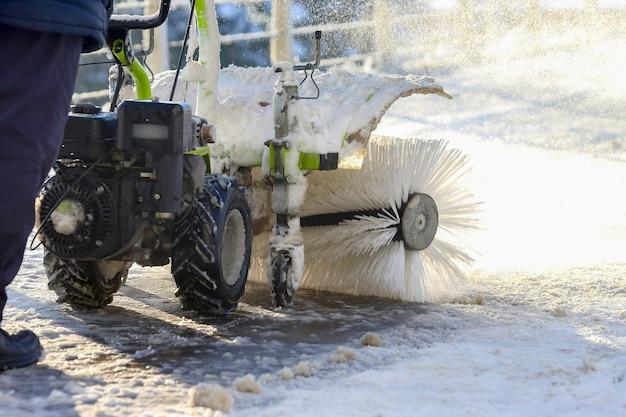 Speciale sneeuwmachine ruimt sneeuw op de stadsstraat
