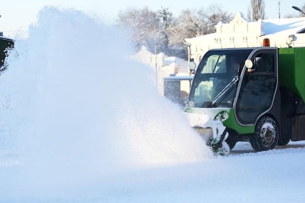 Speciale sneeuwmachine ruimt sneeuw op straat in de stad