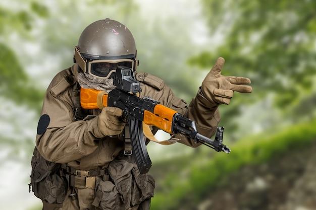 Speciale troepen soldaat met geweer