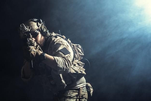 Speciale troepenmilitair met geweer op dark
