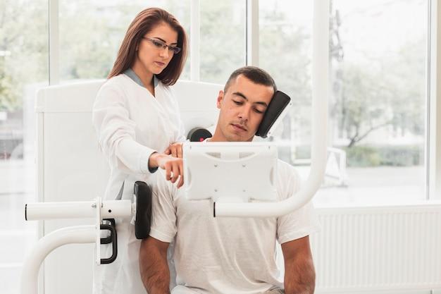 Specialist en patiënt in revalidatie