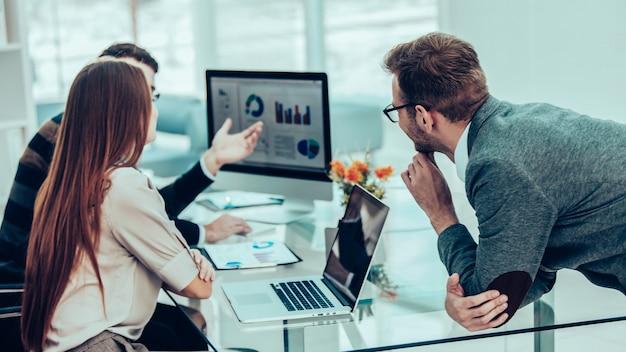 Specialist in financiën en professioneel zakelijk team dat analyse van marketingrapporten doet, in een modern kantoor