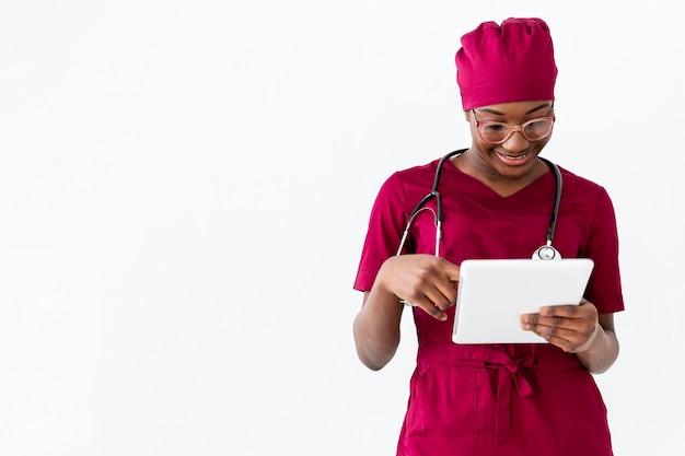 Specialist vrouwelijke arts met behulp van een digitale tablet
