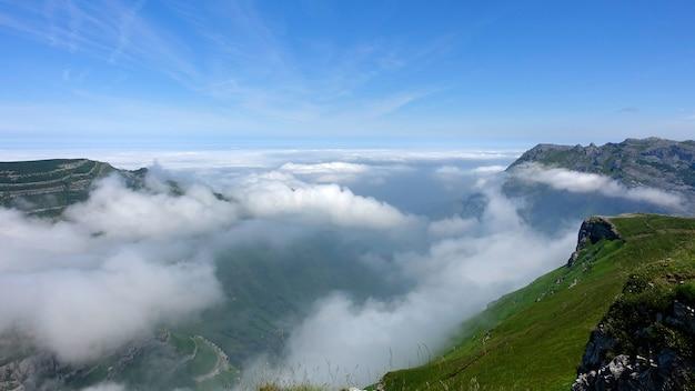 Spectaculair uitzicht op de bergen en de wolken