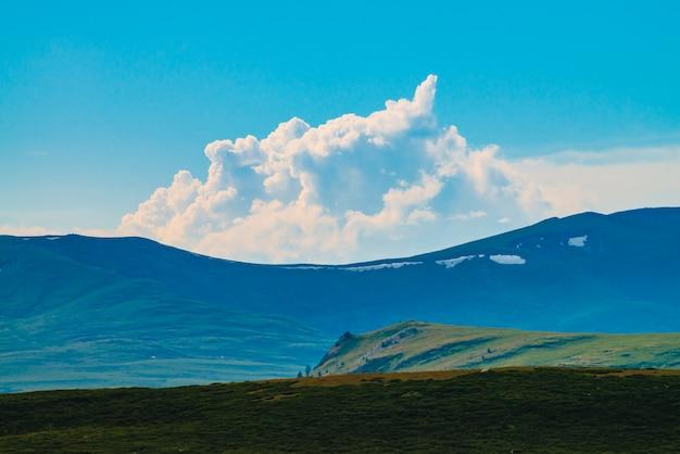 Spectaculair uitzicht op gigantische bergen met sneeuw.