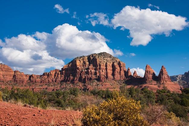 Spectaculair uitzicht op verschillende bergen in droog terrein met heldere lucht