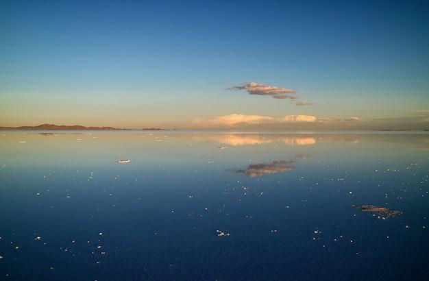 Spectaculair zicht op het spiegeleffect bij uyuni zouten flats of salar de uyuni van bolivia,