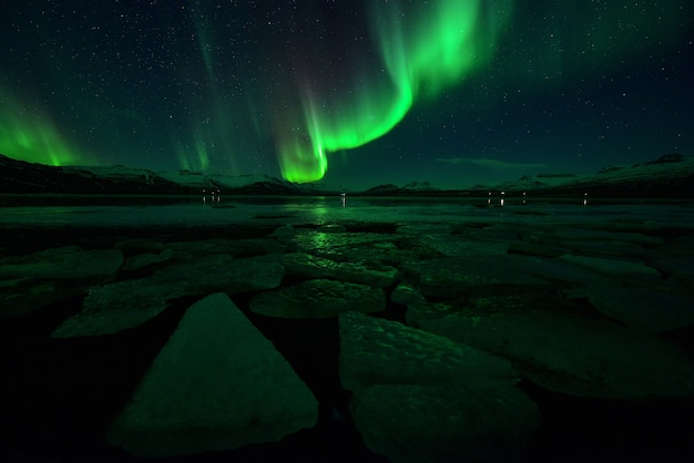 Spectaculaire aurorale vertoning 's nachts boven de berg, spectaculaire aurora en ster' s nachts, ijsland