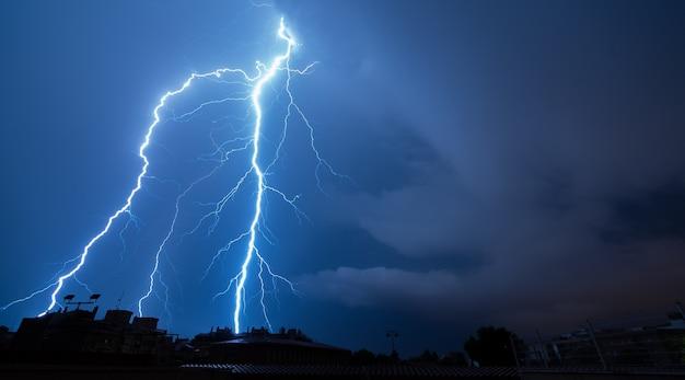 Spectaculaire bliksem een stormachtige nacht