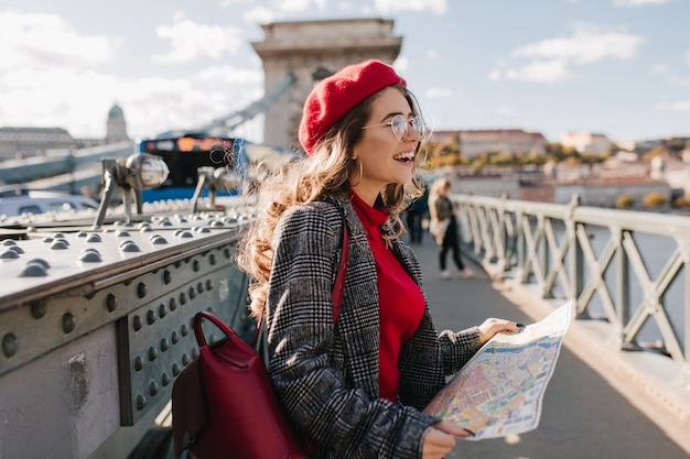 Spectaculaire europese vrouwelijke toerist tijd doorbrengen in de stad, genieten van vakantie