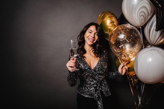 Spectaculaire vrouw die van champagne geniet tijdens een evenement
