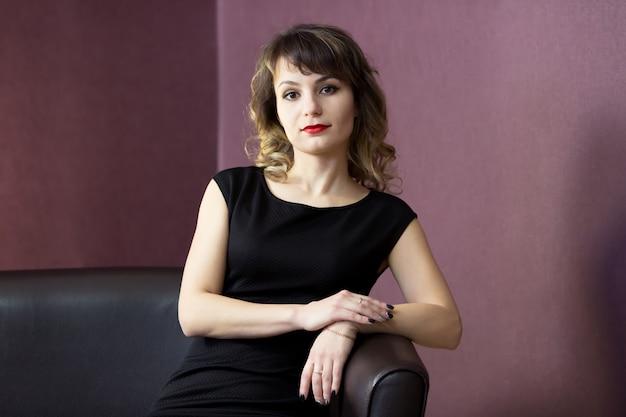 Spectaculaire vrouw in een korte zwarte jurk.