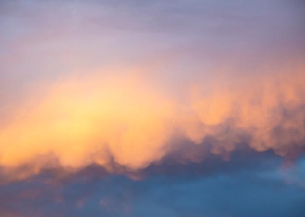 Spectaculaire wolken met roze kleur bij zonsondergang
