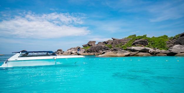 Speedboot in tropische zee prachtige turquoise zee en blauwe lucht