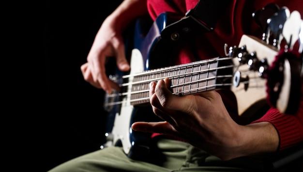 Speel de gitaar live muziek achtergrond muziekfestival instrument op het podium en band