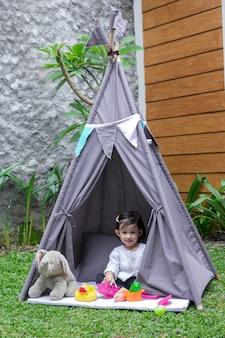Speel in tent in achtertuin
