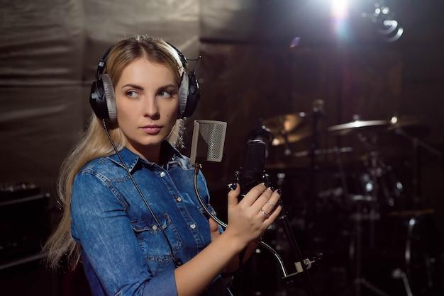 Speel op prachtige knappe vrouwelijke vocale artiest zingen