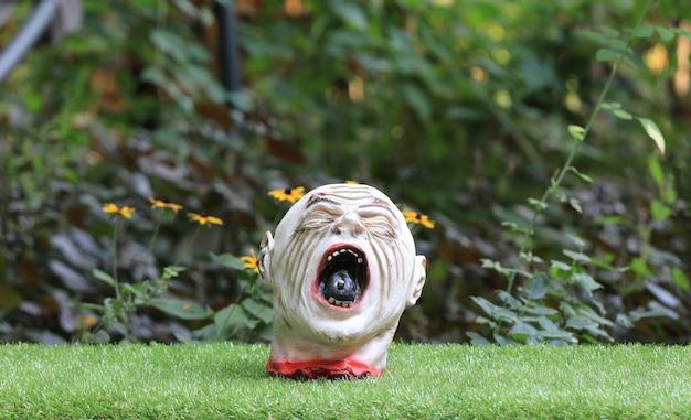 Speelgoed afgehakt hoofd op het gazon