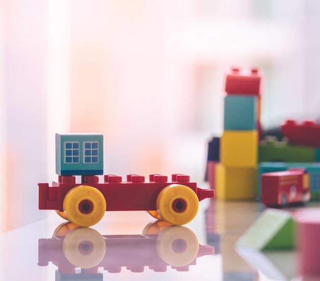 Speelgoed blok met gebouw en auto voor stad concept