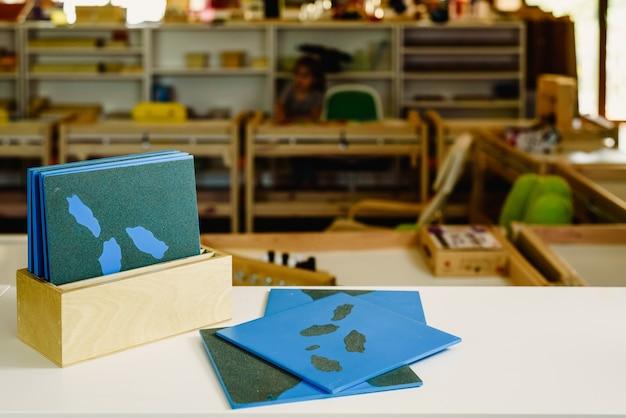 Speelgoed en materialen montessori in een klaslokaal van een school voor kinderen