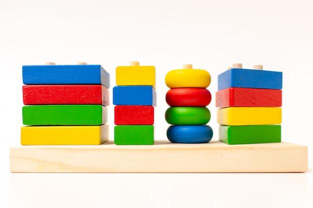 Speelgoed houten blokken, multicolor bakstenen van de bouwconstructie. vroeg onderwijsconcept