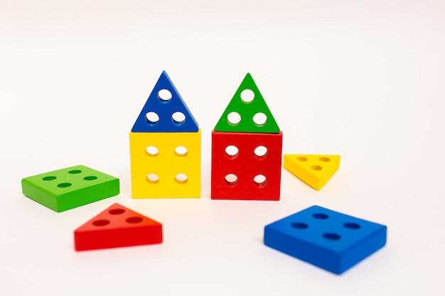 Speelgoed houten blokken, veelkleurige bakstenen van de bouwconstructie die als huis kijken. vroege scholing