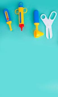 Speelgoed medische hulpmiddelen op een blauwe achtergrond. medische instrumenten voor kinderen. kinderarts concept.