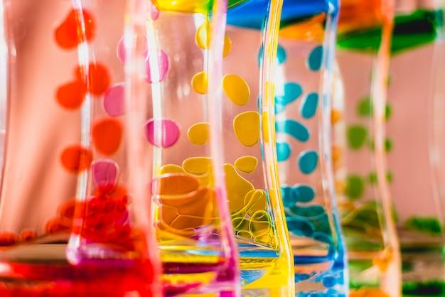 Speelgoed met water en druppels olieverf.
