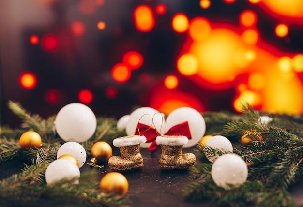 Speelgoed om de kerstboom op een bokehachtergrond met multikleuren te verfraaien