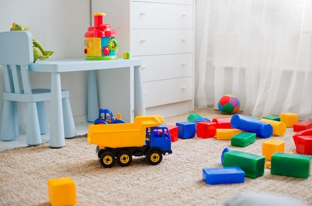 Speelgoed op de vloer in de kinderkamer