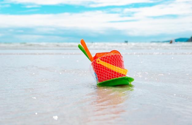 Speelgoed op strand en zee van vakantie ontspant de zomer