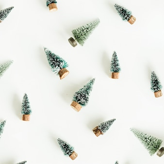 Speelgoed sparren decoratie patroon op wit oppervlak. plat lag, bovenaanzicht