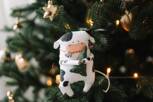 Speelgoed stier. symbool van het chinese nieuwjaar 2021